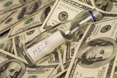 Mensagem em uma garrafa no fundo com notas de dólar do americano cem do dinheiro Fotografia de Stock Royalty Free
