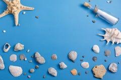 Mensagem em uma garrafa em um fundo de turquesa com conchas do mar e estrela do mar Vista de acima fotos de stock