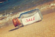 Mensagem em uma venda da garrafa do vintage na praia Fotografia de Stock Royalty Free