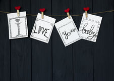 A mensagem engraçada nos quatro cartões do ` s do Valentim diz o ` eu te amo, bebê! o cabo natural do ` e os pinos vermelhos que  Foto de Stock Royalty Free