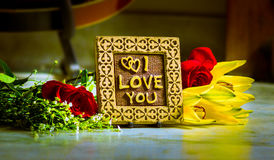Mensagem eu te amo com flores fotografia de stock royalty free
