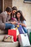 Mensagem feliz das meninas após a compra Foto de Stock Royalty Free