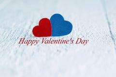 Mensagem feliz do dia de Valentim no fundo de madeira branco com vermelho Foto de Stock Royalty Free