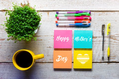 Mensagem feliz do dia do ` s da mãe escrita em notas pegajosas coloridas Fotografia de Stock Royalty Free