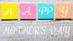 Mensagem feliz do dia do ` s da mãe escrita em notas pegajosas coloridas Fotos de Stock Royalty Free
