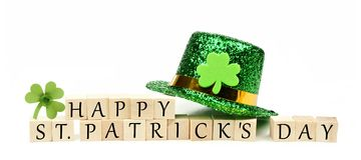 Mensagem feliz do dia do St Patricks com decoração fotografia de stock royalty free