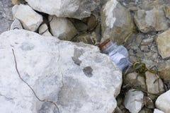 Mensagem na garrafa colada sob uma rocha fotos de stock royalty free