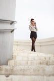 Mensagem na moda da mulher de negócios no smartphone Fotos de Stock Royalty Free