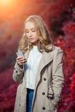 Mensagem nova da escrita da mulher da beleza no telefone celular Foto de Stock