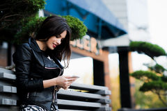 Mensagem nova da escrita da mulher da beleza no telefone celular em um café da rua Vista para baixo Fotos de Stock