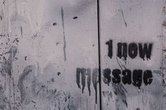 1 mensagem nova rabiscada em uma parede Fotos de Stock Royalty Free