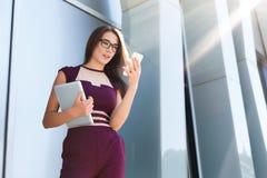 Mensagem texting da mulher de negócios nova durante a ruptura fotos de stock royalty free