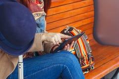 Mensagem texting do turista do moderno na tabuleta ou no modelo da tecnologia Viajante da pessoa que usa o computador no estação  fotos de stock royalty free