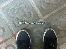 Mensagens da rua, texto no passeio da rua, Barcelona Imagem de Stock Royalty Free