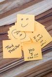 Mensagens positivas em uma mesa Imagem de Stock Royalty Free