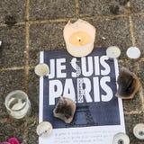 Mensagens, velas e flores no memorial para as vítimas imagens de stock royalty free