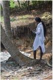 Mensaje africano de la escritura de la mujer en móvil fotografía de archivo