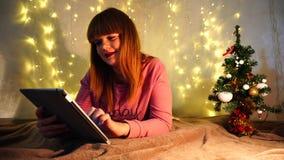 Mensaje casado feliz de la escritura de la mujer al marido en el extranjero usando la tableta almacen de metraje de vídeo