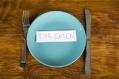Mensaje comido concepto de la pérdida y de la anorexia de peso en la placa imagenes de archivo