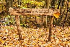 Mensaje de advertencia en un bosque para no contaminar el ambiente Foto de archivo libre de regalías