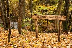 Mensaje de advertencia en un bosque para no contaminar el ambiente Imagen de archivo libre de regalías