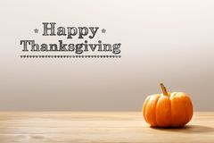 Mensaje de la acción de gracias con la calabaza anaranjada Imagen de archivo libre de regalías