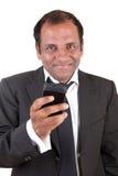 Mensaje de la escritura del hombre de negocios con su teléfono móvil Fotos de archivo