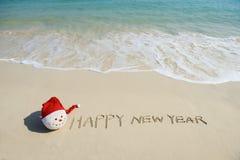 Mensaje de la Feliz Año Nuevo en la arena Imágenes de archivo libres de regalías
