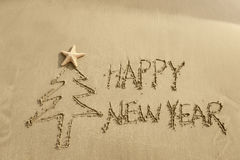 Mensaje de la Feliz Año Nuevo en la arena Fotos de archivo libres de regalías