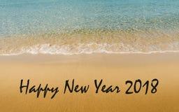 Mensaje 2018 de la Feliz Año Nuevo escrito en la playa tropical idílica Imágenes de archivo libres de regalías