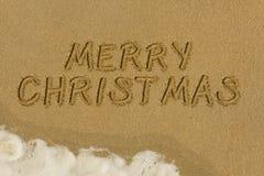 Mensaje de la Feliz Navidad en la arena Foto de archivo