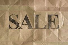 Mensaje de la VENTA escrito en textura del bolso del marrón de la arruga libre illustration