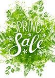 Mensaje de la venta de la primavera en las hojas verdes Fotos de archivo libres de regalías