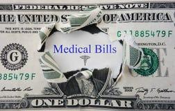 Mensaje de las cuentas médicas con el billete de dólar rasgado Foto de archivo libre de regalías