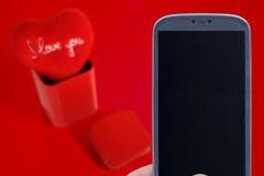 Mensaje de las tarjetas del día de San Valentín - Smartphone azul Fotografía de archivo