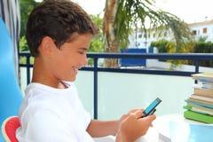 Mensaje de los sms del muchacho del estudiante del adolescente en moblile Foto de archivo libre de regalías
