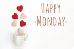 Mensaje de lunes y taza de café felices con los corazones que salen de ella foto de archivo libre de regalías