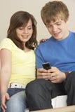Mensaje de texto adolescente de la lectura de los pares Imagen de archivo