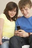 Mensaje de texto adolescente de la lectura de los pares Imagenes de archivo