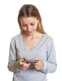 Mensaje de texto de la escritura de la mujer joven Imágenes de archivo libres de regalías