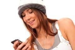 Mensaje de texto de la lectura del adolescente en el teléfono celular Fotografía de archivo libre de regalías