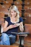 Mensaje de texto de la muchacha de universidad Fotografía de archivo