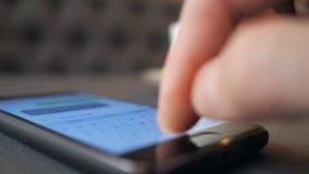 Mensaje de texto del hombre que mecanografía joven en el teléfono celular metrajes