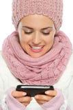 Mensaje de texto feliz de la escritura de la mujer Imagen de archivo libre de regalías