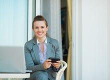Mensaje de texto feliz de la escritura de la mujer de negocios Imagenes de archivo