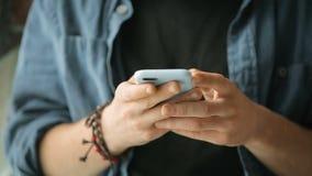 Mensaje de textos del muchacho almacen de metraje de vídeo