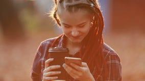 Mensaje de textos de la muchacha en puesta del sol metrajes