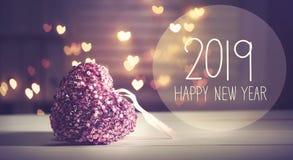 Mensaje 2019 del Año Nuevo con un corazón rosado imágenes de archivo libres de regalías