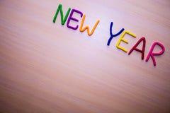Mensaje del Año Nuevo del plasticine brillante colorido en un fondo de madera ligero Fotos de archivo