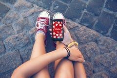 Mensaje del adolescente con el móvil, y de la tarjeta del día de San Valentín en la pantalla Imagen de archivo